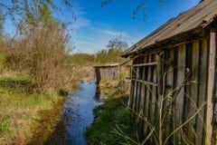 Övergav trädgårdtäppor på våren Kollapsade träbyggnader Fotografering för Bildbyråer