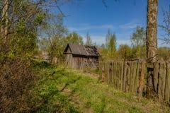 Övergav trädgårdtäppor på våren Kollapsade träbyggnader Arkivbild