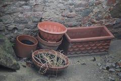 Övergav vaser på jordningen Royaltyfria Bilder