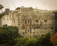 Överge byggnad med trädsurroound som i jakarta java indonesia arkivbild