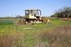 Överge den Catepillar bulldozern i fält royaltyfri fotografi