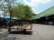 Överge den gamla asiatiska trehjulingspårvagnen på den lokala marknaden fotografering för bildbyråer