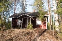 Överge det gamla huset i mitt av skogen royaltyfria foton