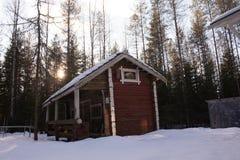 Överge det gamla huset i mitt av skogen arkivbild