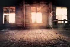 Överge huset med stora fönster som in pooring ljus royaltyfria foton