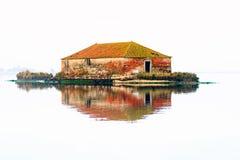 Överge huset på den Aveiro floden i Portugal arkivbilder