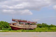 Överge kryssningskeppet under blå himmel runt om Tonlesap, Cambodja fotografering för bildbyråer