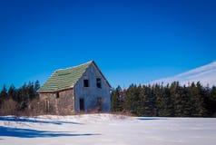 Överge ladugården i vintern royaltyfri bild