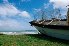 Överge skeppsbrott nära havskusten under bakgrund a för blå himmel arkivfoto