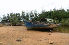 Överge skeppsbrott nära havskusten under bakgrund a för blå himmel royaltyfria foton