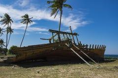 Överge skeppsbrott nära havskusten under bakgrund a för blå himmel fotografering för bildbyråer
