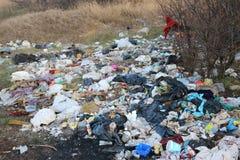 Övergett avfall i natur Arkivbilder