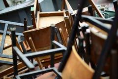Övergett brutet trästol och skrivbord Royaltyfri Foto