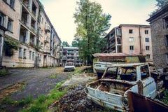 Övergett bryta spökstaden Jantuha, Abchazien Förstörda tomma hus Royaltyfri Foto