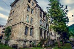 Övergett bryta spökstaden Jantuha, Abchazien Förstörda tomma hus Arkivfoton