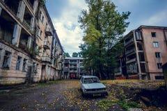 Övergett bryta spökstaden Jantuha, Abchazien Förstörda tomma hus Arkivfoto