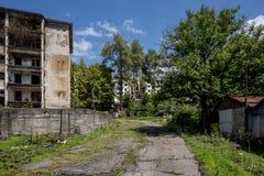 Övergett bryta spökstaden Polyana, Abchazien Förstörda tomma hus Arkivfoto