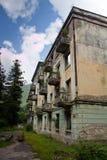 Övergett bryta spökstaden Tquarchal, Abchazien Förstört tomt hus som förstörs av krig arkivbilder