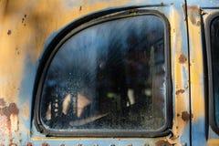 Övergett bussfönster arkivfoton