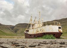Övergett enormt grillat stålfartyg i Westfjords, Island arkivbilder