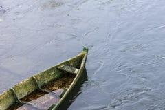 Övergett ensamt fartyg på floden royaltyfri bild