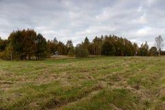 Övergett förfallet hus på kanten av fältet meja Royaltyfria Foton