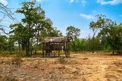 Övergett förlägga i barack hus i ökennord av Kratie, Cambodja arkivbilder
