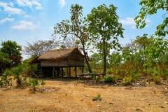 Övergett förlägga i barack hus i ökennord av Kratie, Cambodja arkivbild