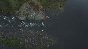 Övergett fartyg i en flod stock video