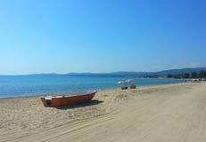 Övergett fartyg på en strand i Grekland Arkivbild