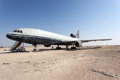 Övergett flygplan i öknen Arkivbilder