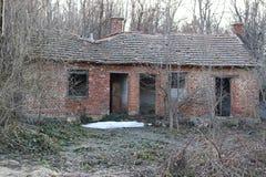 Övergett gammalt hus i ett berg utan fönster och dörrar Taket faller ifrån varandra arkivbild