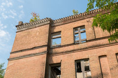 Övergett gammalt hus och blå molnig himmel royaltyfria foton