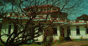 Övergett gammalt hus, övergett gammalt wood hus för arkitektur i Indien Arkivbild