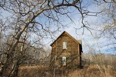 Övergett gammalt lantbrukarhem i vinter Arkivfoto