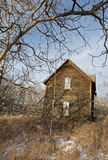 Övergett gammalt lantbrukarhem i vinter Fotografering för Bildbyråer