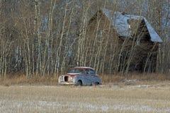 Övergett gammalt lantbrukarhem och gammal bil Royaltyfri Fotografi