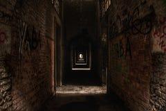 Övergett hall med grafitti i Europa Arkivfoton