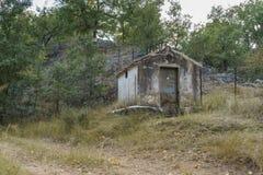 Övergett hus i banan Arkivbild