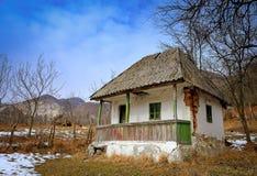 Övergett hus i bygd royaltyfria bilder