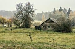 Övergett hus i bygd arkivbilder