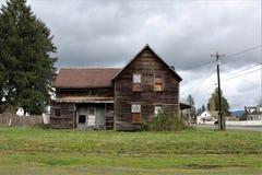 Övergett hus i granitnedgångar, WA-sidosikt med en konkret gård för båge framtill arkivfoton