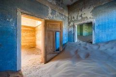 Övergett hus i Kolmanskop, Namibia Arkivbild