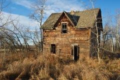 Övergett hus i nedgång Arkivbild