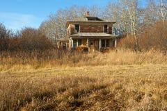 Övergett hus i nedgång Arkivbilder