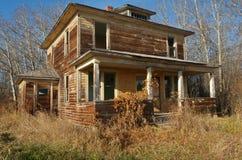 Övergett hus i nedgång Royaltyfria Bilder
