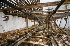 Övergett hus i vitrysk by Chornobyl Arkivfoton