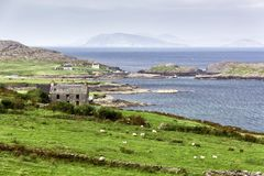 Övergett hus på lös atlantisk väg för Irland ` s Arkivfoto