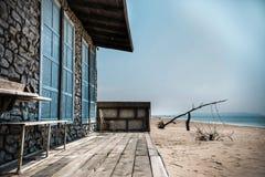 Övergett hus på stranden arkivfoto