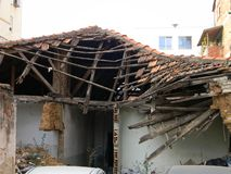 Övergett hus, Tirana, Albanien royaltyfri foto